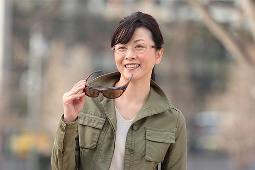 オーバーグラスを手に持った女性の写真