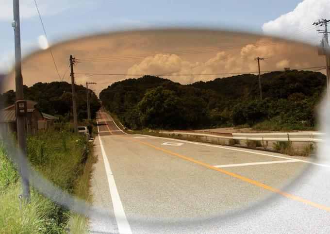反射する車道サングラス越し